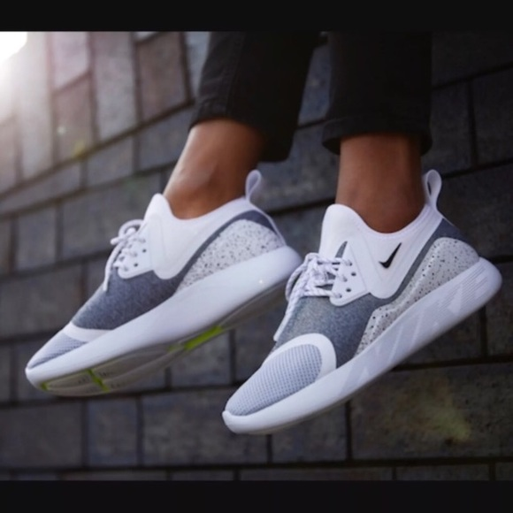 Nike Womens Lunarcharge Essential - White